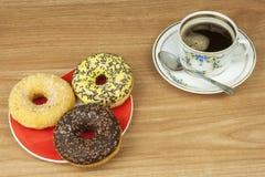 Anillos de espuma dulces con café Invitación dulce con café Anillos de espuma como aprisa invitaciones hechas en casa Junk Food a Fotografía de archivo