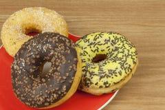 Anillos de espuma dulces con café Invitación dulce con café Anillos de espuma como aprisa invitaciones hechas en casa Junk Food a Foto de archivo libre de regalías