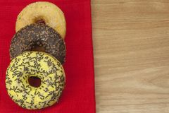 Anillos de espuma dulces con café Invitación dulce con café Anillos de espuma como aprisa invitaciones hechas en casa Junk Food a Imagenes de archivo