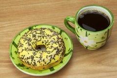 Anillos de espuma dulces con café Invitación dulce con café Anillos de espuma como aprisa invitaciones hechas en casa Junk Food a Fotografía de archivo libre de regalías