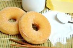 Anillos de espuma dulces deliciosos con el azúcar Fotos de archivo libres de regalías