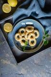 Anillos de espuma franceses del buñuelo con el esmalte del limón imagen de archivo