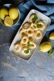 Anillos de espuma franceses del buñuelo con el esmalte del limón imagenes de archivo