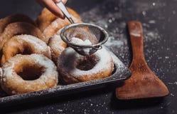 Anillos de espuma frescos en una bandeja, tortas del horno, anillos de espuma del azúcar de la levadura imagen de archivo