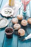 Anillos de espuma hechos en casa de relleno con la mermelada de fresa Foto de archivo libre de regalías