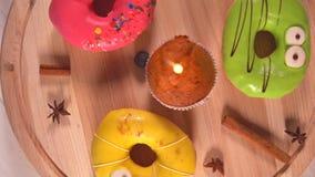 Anillos de espuma helados coloridos para una celebración del cumpleaños almacen de video