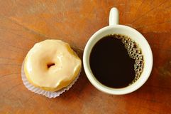 anillos de espuma poner crema blancos y taza del café sólo en el tablero de madera foto de archivo libre de regalías