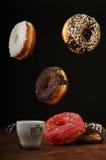 Anillos de espuma y café del aire en una tabla Imagen de archivo libre de regalías