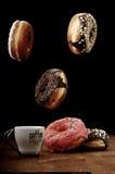 Anillos de espuma y café del aire en una tabla Imagenes de archivo