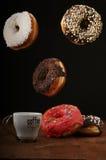 Anillos de espuma y café del aire en una tabla Imagen de archivo