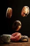 Anillos de espuma y café del aire en una tabla Imágenes de archivo libres de regalías