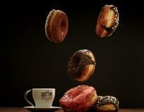 Anillos de espuma y café del aire en una tabla Fotos de archivo libres de regalías