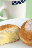 Anillos de espuma y café llenados natillas Foto de archivo libre de regalías