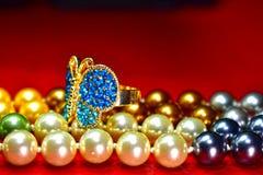 Anillos de la mariposa y collar de la perla natural, perla de agua dulce hermosa y costosa como joyería para las señoras imagen de archivo