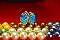 Anillos de la mariposa y collar de la perla natural, perla de agua dulce hermosa y costosa como joyería para las señoras imagen de archivo libre de regalías