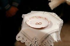 Anillos de oro de lujo hermosos de la boda Imagen de archivo libre de regalías