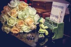 Anillos de oro y ramo de flores Fotografía de archivo libre de regalías