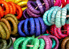 Anillos de servilleta tejidos paja colorida cerca para arriba Foto de archivo