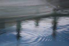 Anillos del agua de las reflexiones de la piscina Fotos de archivo libres de regalías