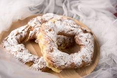 Anillos del soplo poner crema con la almendra y el azúcar en polvo Pasteles de los Choux imagen de archivo libre de regalías