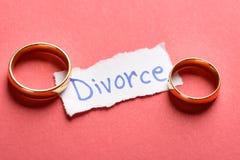 Anillos en trozo de papel con el texto del divorcio Foto de archivo libre de regalías