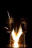 Anillos en vidrio y fuego artificial del champán Imagen de archivo