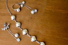 Anillos hermosos, collares, pendientes, joyería con las piedras preciosas, perlas imágenes de archivo libres de regalías