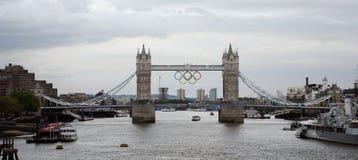 Anillos olímpicos en el puente de la torre Foto de archivo