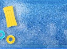 Anillos y balsa de la nadada en piscina stock de ilustración