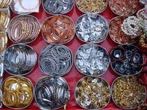 Anillos y brazaletes del metal en el mercado callejero Fotografía de archivo libre de regalías