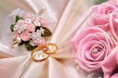 Anillos y fondo de las rosas Imágenes de archivo libres de regalías