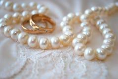 Anillos y perlas Foto de archivo libre de regalías