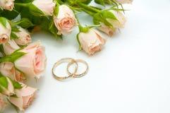 Anillos y rosas Imágenes de archivo libres de regalías