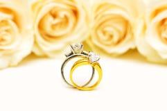 Anillos y rosas de diamante fotos de archivo libres de regalías