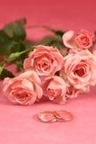 Anillos y rosas de oro para casarse Imagen de archivo libre de regalías