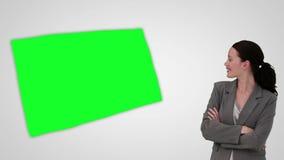 Animação da mulher de negócios de sorriso que apresenta uma tela verde video estoque