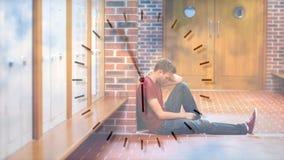 Animação de Digitas do estudante masculino virado que senta-se no corredor video estoque