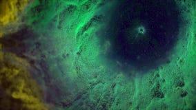 Animação do voo espacial através da nebulosa amarela e verde Mosca através da nebulosa e das estrelas do espaço filme