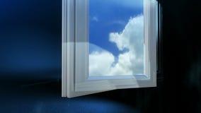A animação plástica do corte do perfil cresce no azul completo da janela