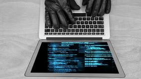 Animación de Didital de las manos de los piratas informáticos en el teclado del ordenador portátil