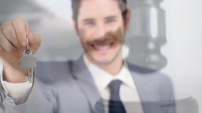 Animación de Digitaces del agente inmobiliario de sexo masculino que celebra la llave de la casa almacen de video