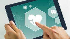 Animación de Digitaces del golpe y de la ambulancia de corazón en tableta digital