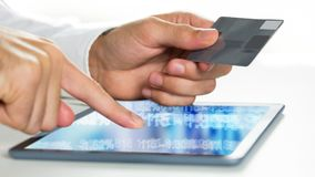Animación de Digitaces del hombre que celebra su tarjeta mientras que usa la tableta digital almacen de video