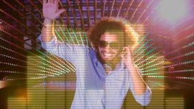 Animación de Digitaces del hombre que juega el mezclador de sonidos en club nocturno almacen de video