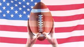 Animación de Digitaces del jugador del rugbi que celebra la bola de rugbi contra bandera americana almacen de metraje de vídeo