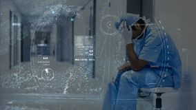 Animación de Digitaces del médico subrayado que se sienta en el pasillo del hospital almacen de video