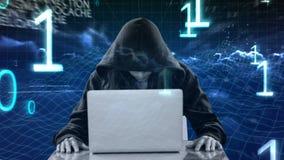Animación de Digitaces del pirata informático encapuchado que usa el ordenador portátil almacen de video
