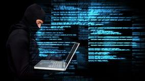 Animación de Digitaces del pirata informático que usa el ordenador portátil en centro de datos almacen de video