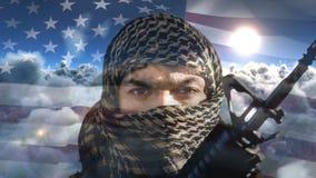 Animación de Digitaces del rifle de la tenencia del terrorista contra la ocsilación de la bandera americana metrajes