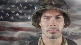 Animación de Digitaces del soldado americano orgulloso contra bandera americana almacen de video
